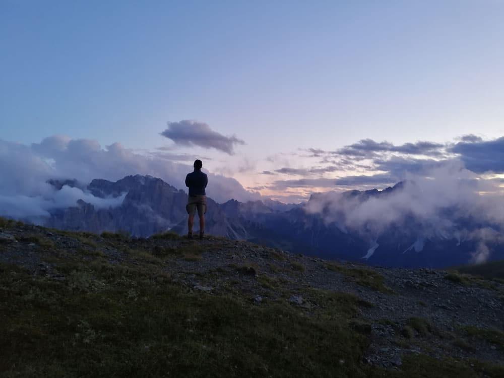 Guardando le Dolomiti al tramonto