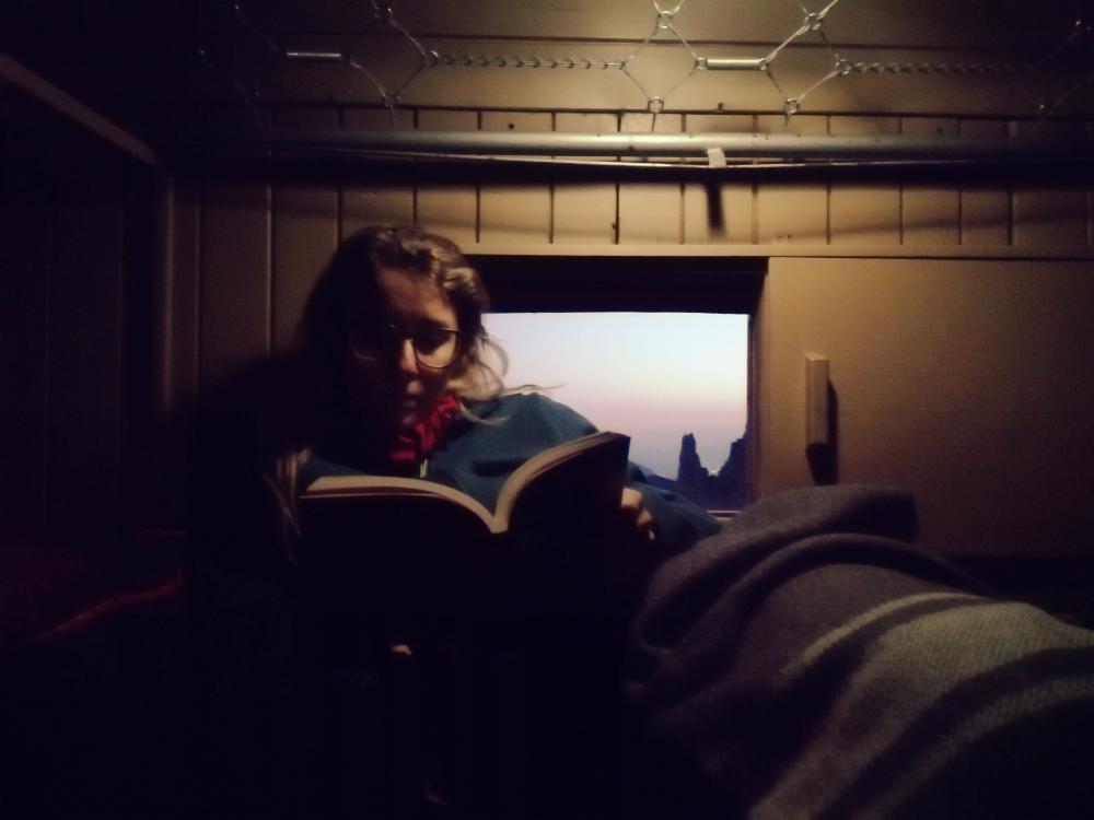 Silvia legge nel bivacco Feruglio