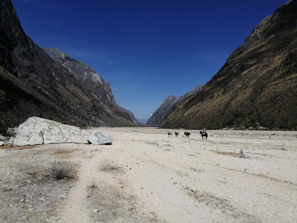 Deserto sul fiume in secca