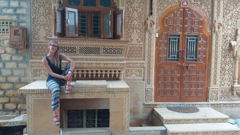 silvia davanti ad un palazzo intarsiato a jaisalmer