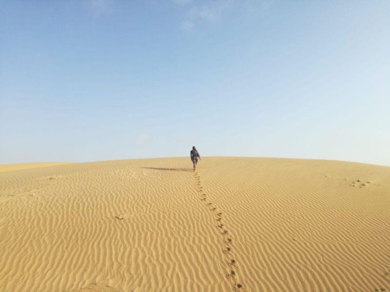 silvia cammina tra le dune