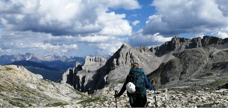 silvia e lo zaino con bastoncini da trekking