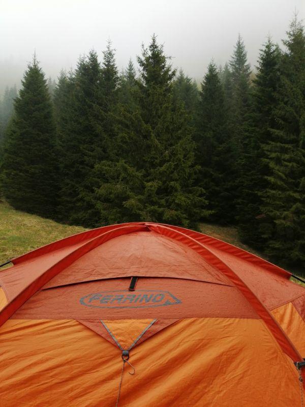 tenda in montagna con pioggia
