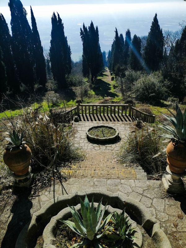 Scalinata panoramica verso la terrazza di Ercole