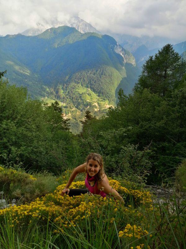 Silvia tra le ginestre in fiore