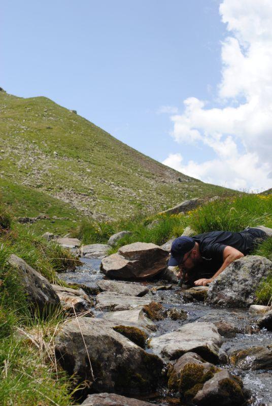 Davide beve con filtro durante trekking in tenda di più giorni