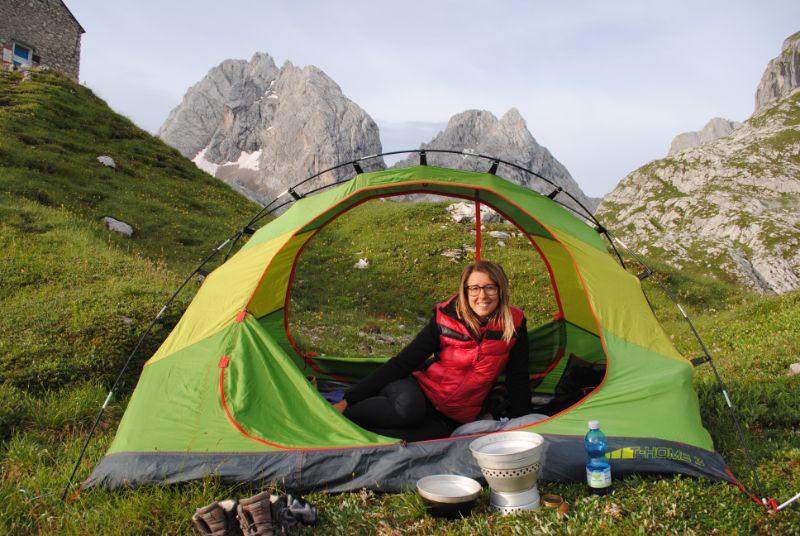 Silvia in tenda pronta per la colazione