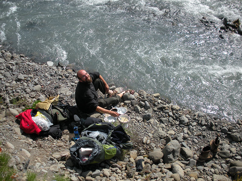 Davide cucina durante la traversata dell'Islanda