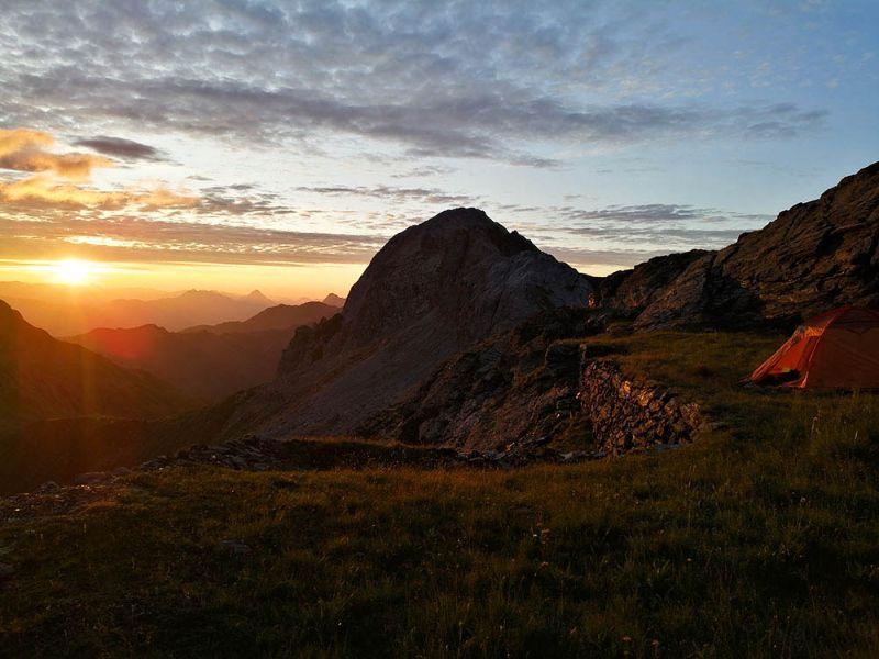 traversata in tenda in alta montagna all'alba