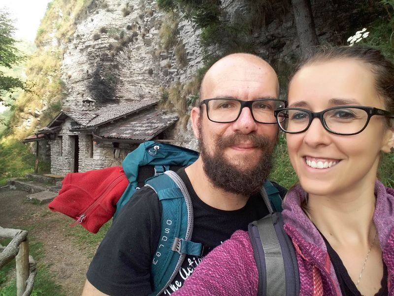 Silvia e Davide davanti al Bivacco dei Loff