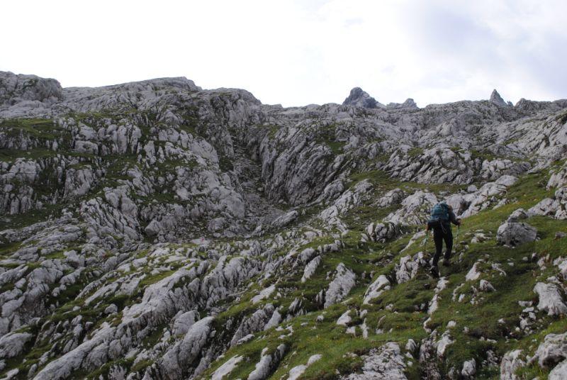Silvia lungo il sentiero 260 dopo bivacco Tiziano