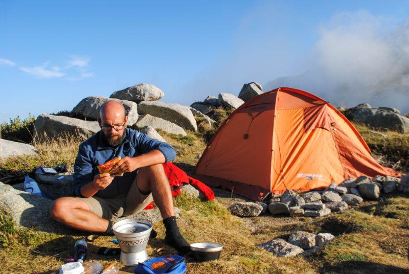 Davide cucina fuori dalla tenda lungo gr20