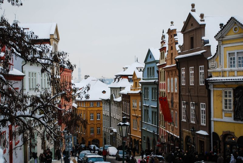 colorate strade di Praga innevate