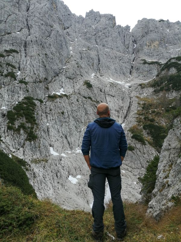 Davide davanti alla parete nord del Nabois