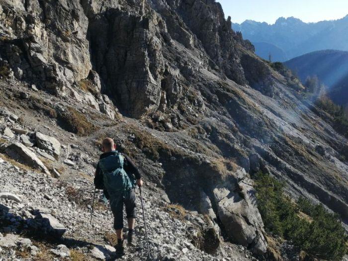 Davide lungo i ghiaioni dell'anello del Monte Schiaron