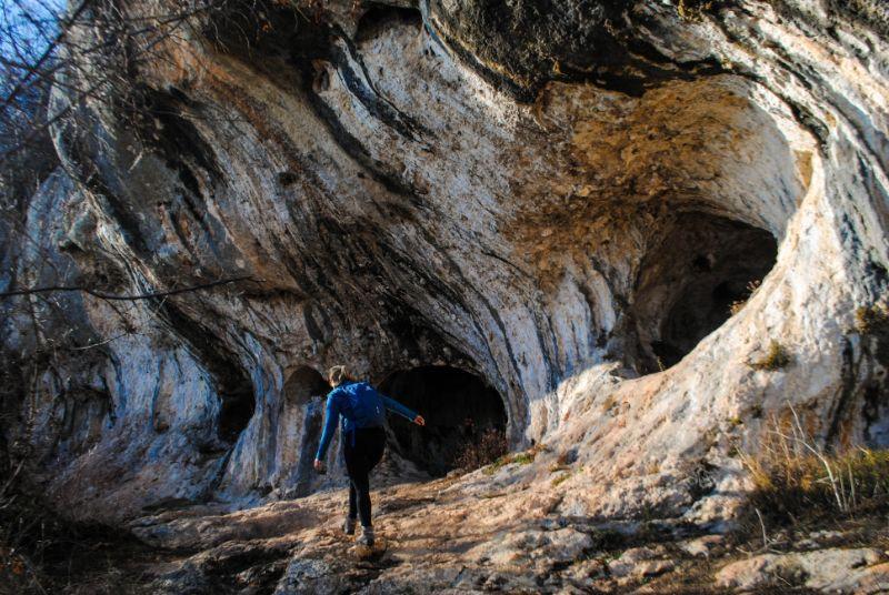 Silvia davanti alla Grotta del Ritiro nei Colli Berici