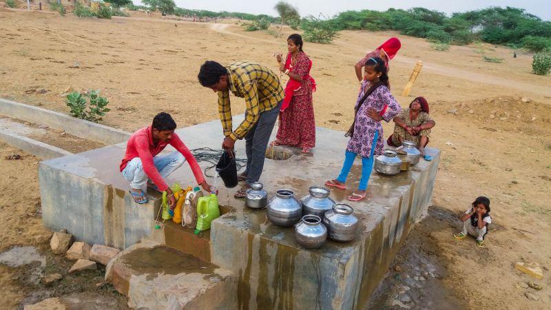 Bere acqua in India