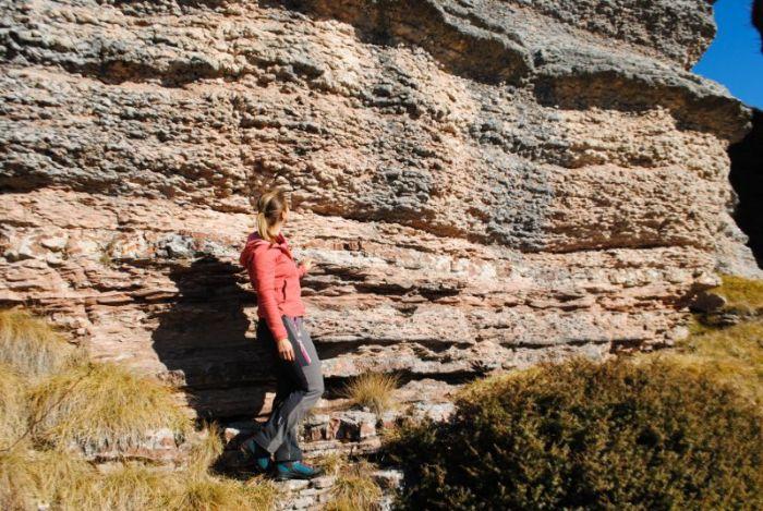 Silvia davanti alla città di roccia del Monte Fior